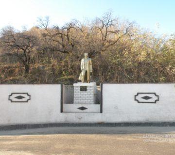 С. Унцукуль ,памятник Махачу Дахадаеву
