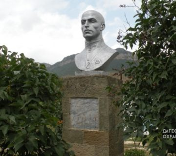 Памятник Гамиду Далгату с Урахи