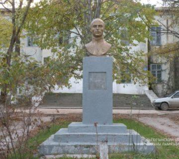 Памятник Гамиду Далгату